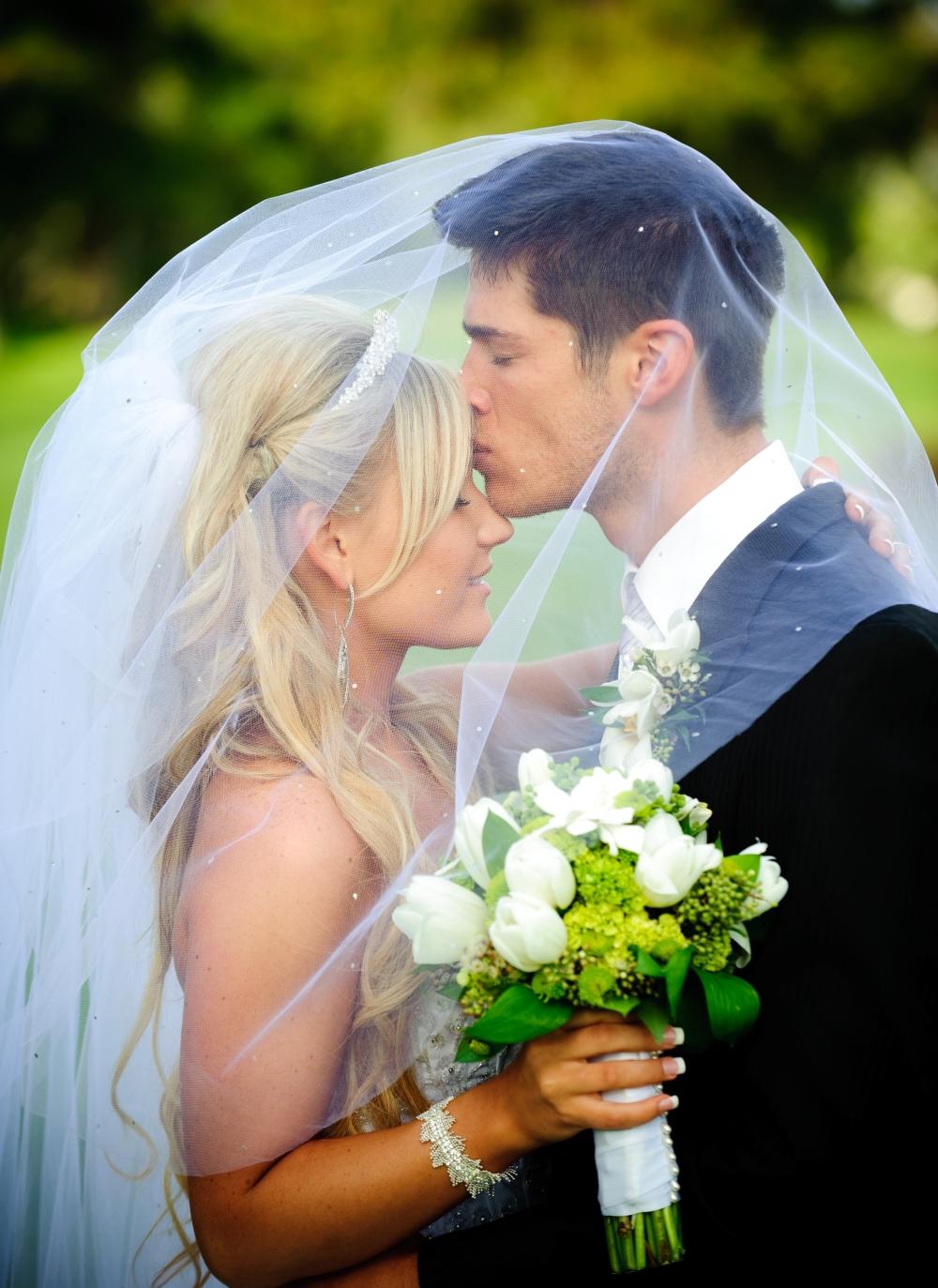 Фото свадьбы блондинки и брюнета